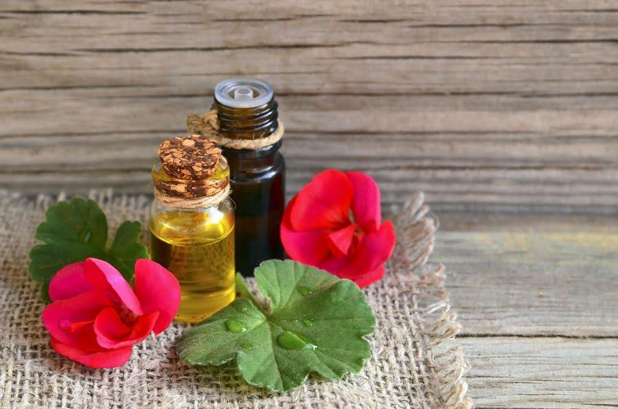 geranium-essential-oil-glass-bottle-with-flower